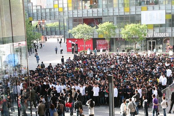 中国・北京でiPad 2を買い求める大行列