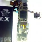 iPhone 4Sのロジックボードとバッテリ