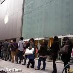iPhoneを買い求める行列 at Apple Store, Ginza