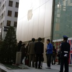 iPhone 4Sを買い求める行列=Apple Store, Ginza